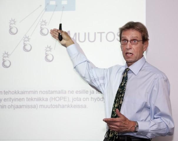 Kari Helin Finlandia-talossa lokakuussa 2012 kertomassa muutoksen osallistavasta käsittelystä.