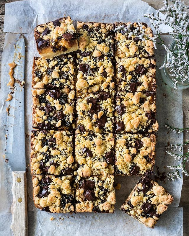 I have an obsession with buttery crumbly slices at the moment, this one includes salted caramel, dark chocolate chunks and fruit mince! Recipe is up on the blog now.  #Mainland #Collab