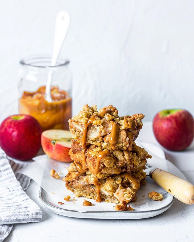 The apple season is upon us and what better way to celebrate than with these delicious spiced apple bars. Dulce de leche and spiced apples are sandwiched between two layers of oat-y crumble biscuit.  I have partnered with the lovely folk at @jazzapplesnz to come up with this tasty autumnal treat. Recipe is up on the blog now #jazzsensation #sponsored
