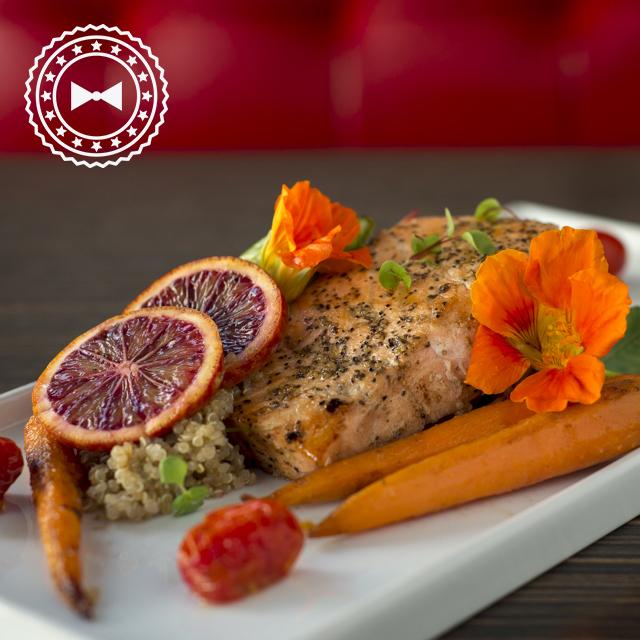 Filete de salmón a la parrilla con vegetales y quinoa con salsa de ají dulce rostizado. - Foto: #GRLOPEZ