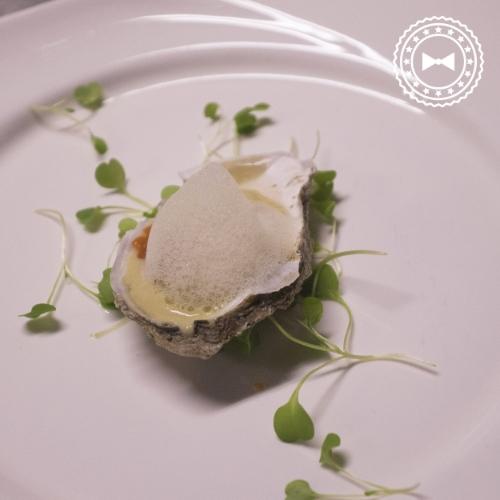Esfera de ostra en ostra, con polvo de juey y espuma de manteca, de SODA, Estudio de Cocinapara HOPS.