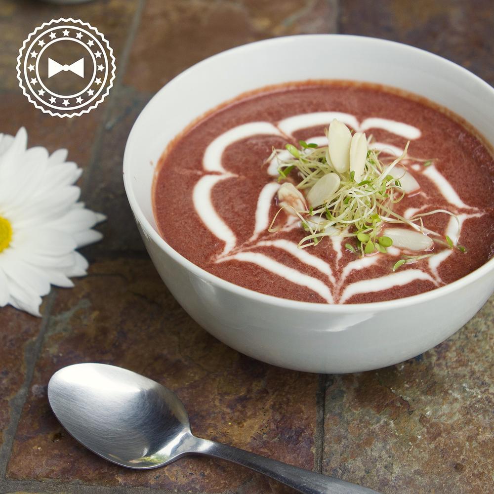 Sopa de remolacha rostizada, leche de coco y yogurt griego.