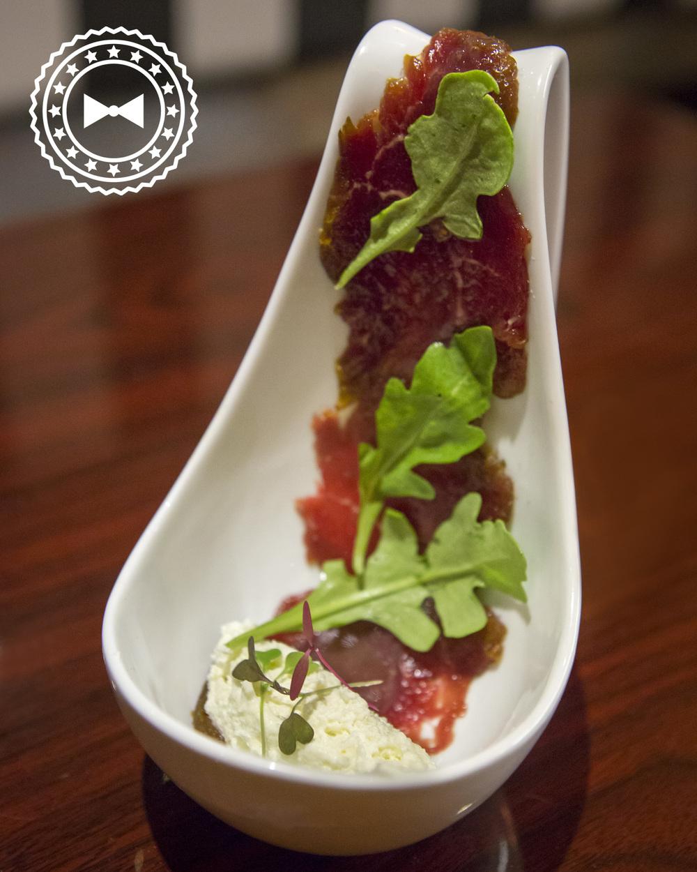 Carpaccio de Filet Mignon Ahumado  con mousse de manchecho y mostaza cereza borbón, exclusivo de HOPS, por Chicharrón.
