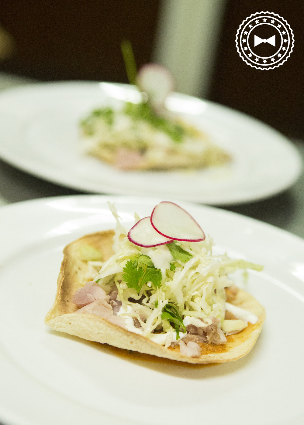 Tostada con romesco, atún sellado, salsa agria y repollo