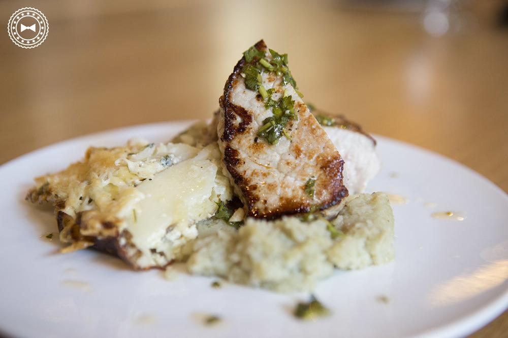 Filete de cerdo con gratinado de papas y majado de batata