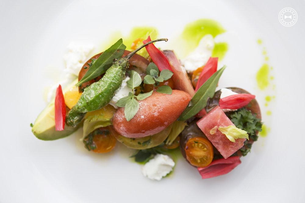 Ensalada de tomate; sorbet de tomate,ricotta batido, queso de cabra, melón de agua, aguacate, mangó y cilantro