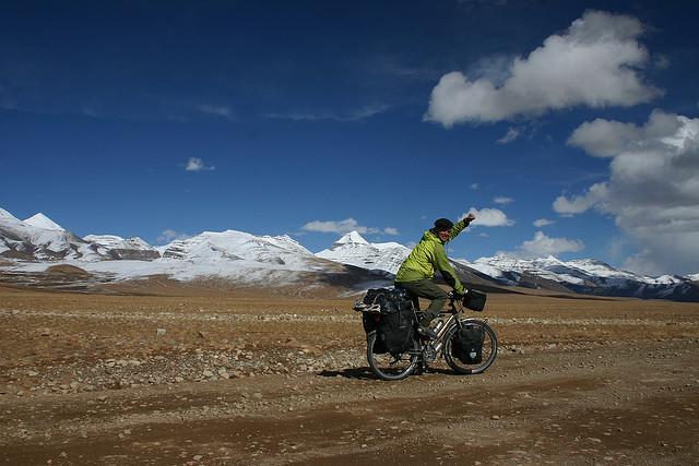 Nicolai Bangsgaard sykler ved Mount Kailash, Tibet. Foto: Nicolai Bangsgaard.