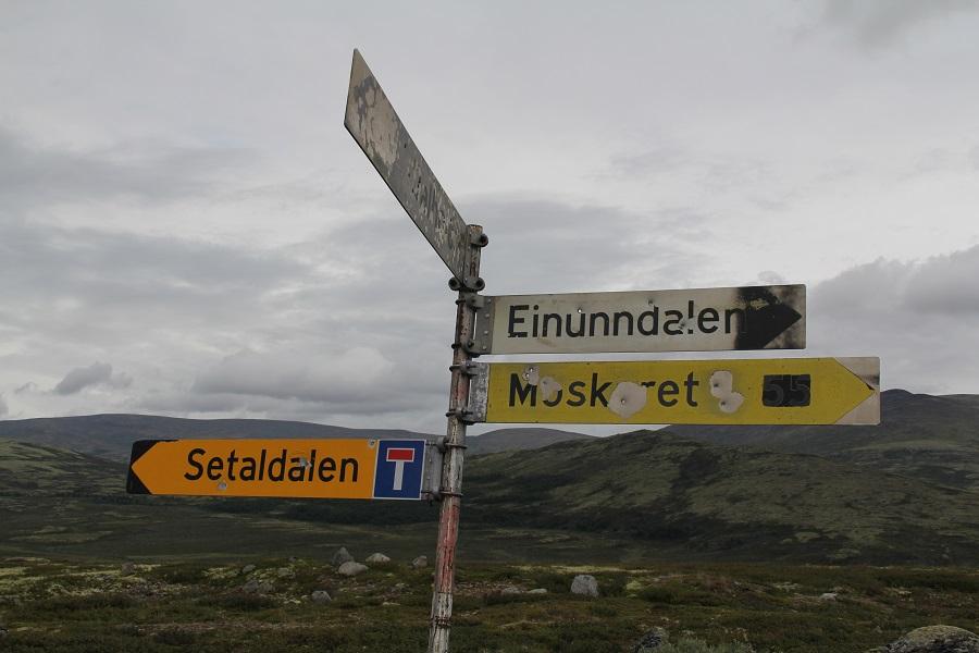 Etter utseendet på skiltene å dømme, kan det gå hardt for seg her oppe på snaufjellet i overgangen mellom Einunndalen og Setaldalen.