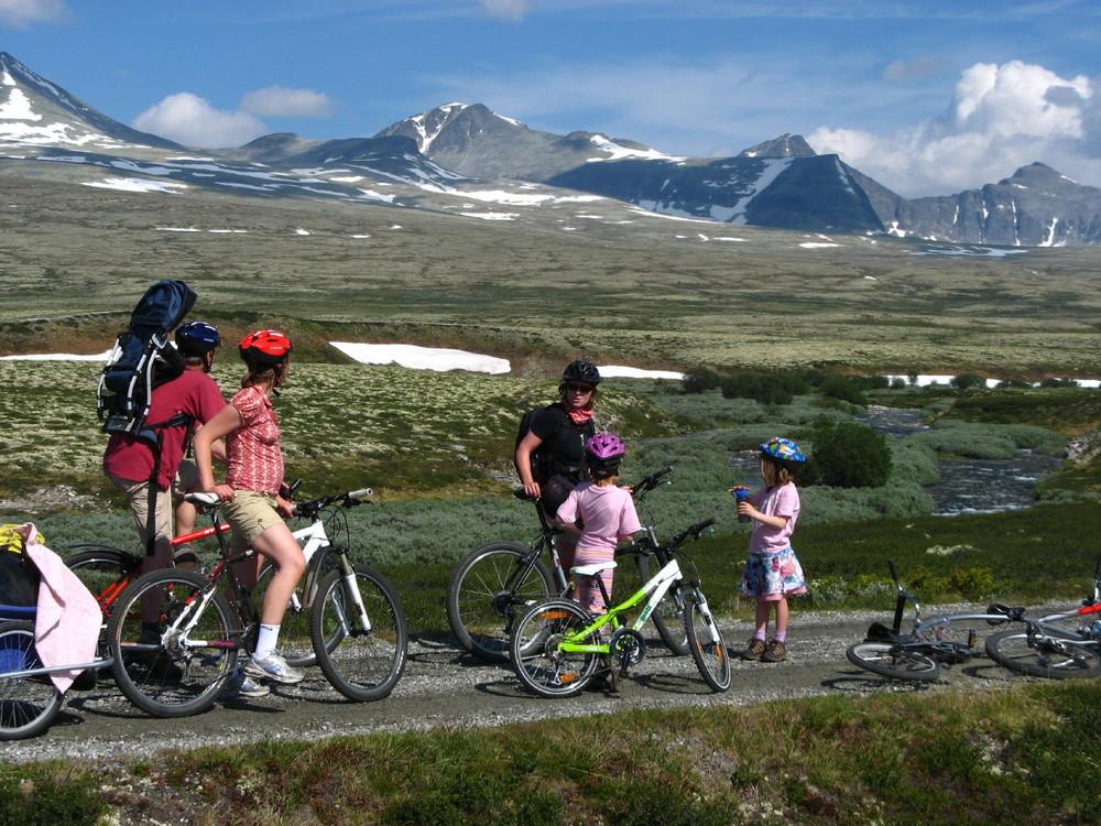 Flere av turene egner seg også for familier med barn, her fra veien inn til Rondvassbu i Rondane (Foto: Øyvind Wold).