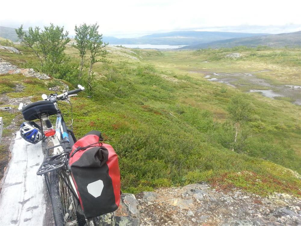 Jeg tar en rast på en benk på turens høyeste punkt, snaut 700 meter over havet.