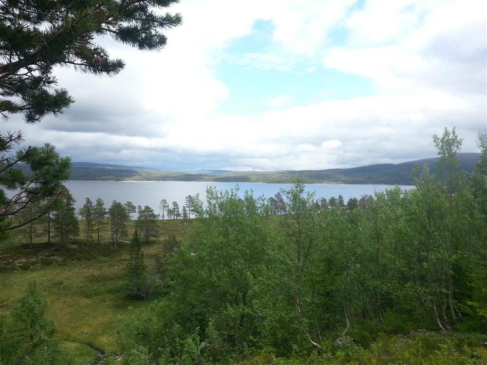 Flere steder langs veien er det flott utsikt over Samsjøen.
