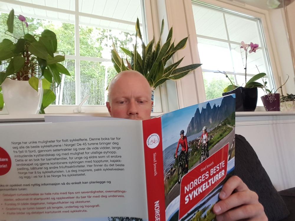 På sykkeltur i sofakroken. Mange gode turtips å finne i boka Norges beste sykkelturer.