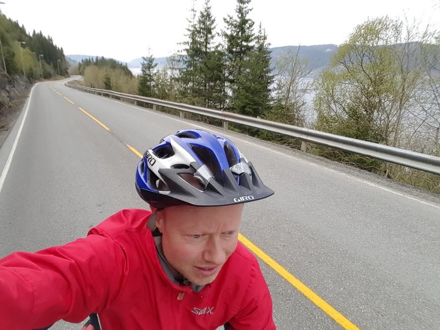 Jeg sykler fra Orkanger i retning Trondheim langs fjorden på den rolige gamleveien.