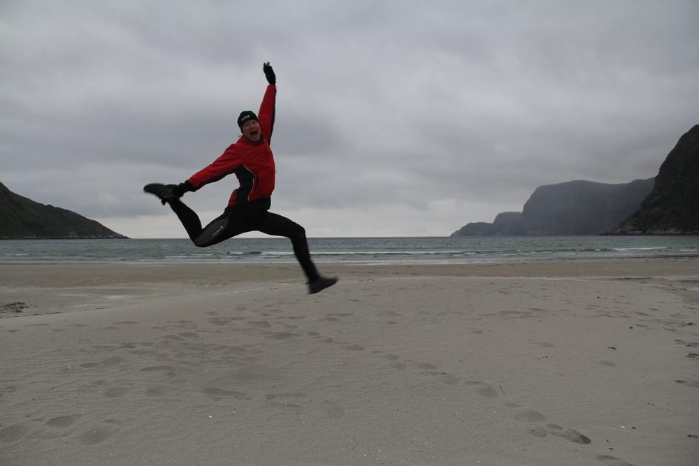 Litt lek på stranda i Hoddevik. Det blir ikke mer moro enn en gjør det sjøl.