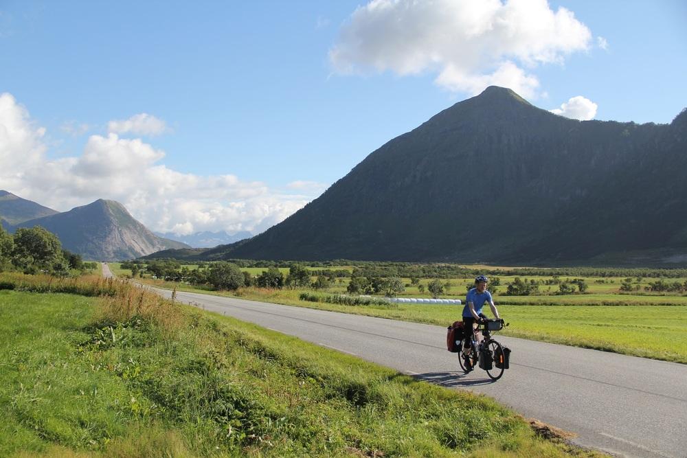 Sykler nordover fra Ørnes/Reipå.