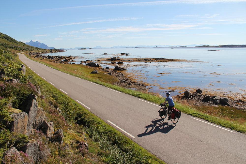 På en lang sykkeltur tenker jeg på så mangt. Noen dager er mer inspirerende enn andre, som her i Lofoten.