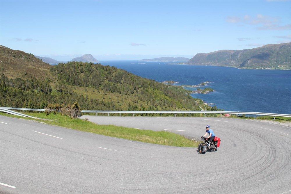 Det er en og annen motbakke i dette landet, særlig på Vestlandet og Sørlandet. Her på vei over Sandvikseidet mot Selje.