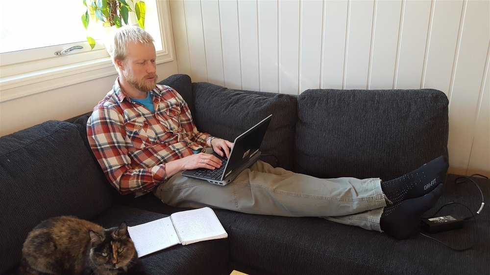 skriver-bok-i-sofaen.jpg