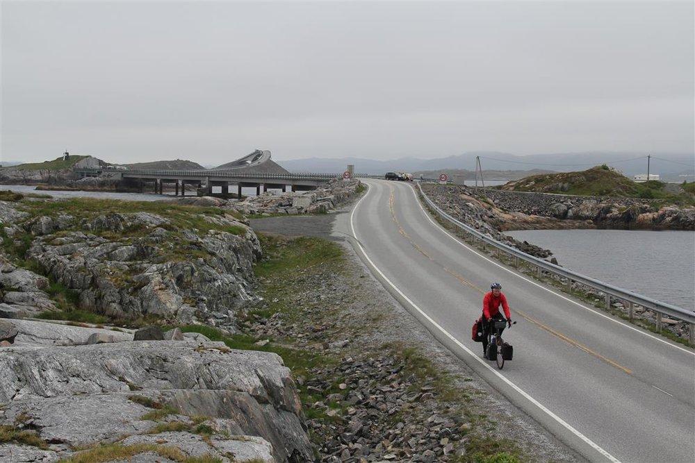 Det var en del biltrafikk langs Atlanterhavsveien. Men det gikk helt greit å sykle der.