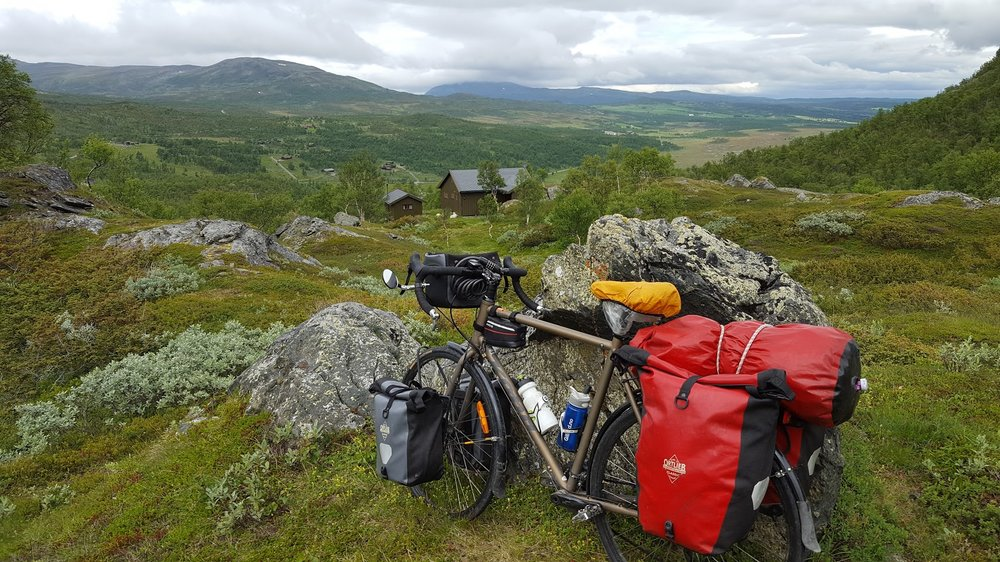 På lange sykkelturer bruker jeg to vesker og en pakksekk bak og to vesker og styreveske foran.