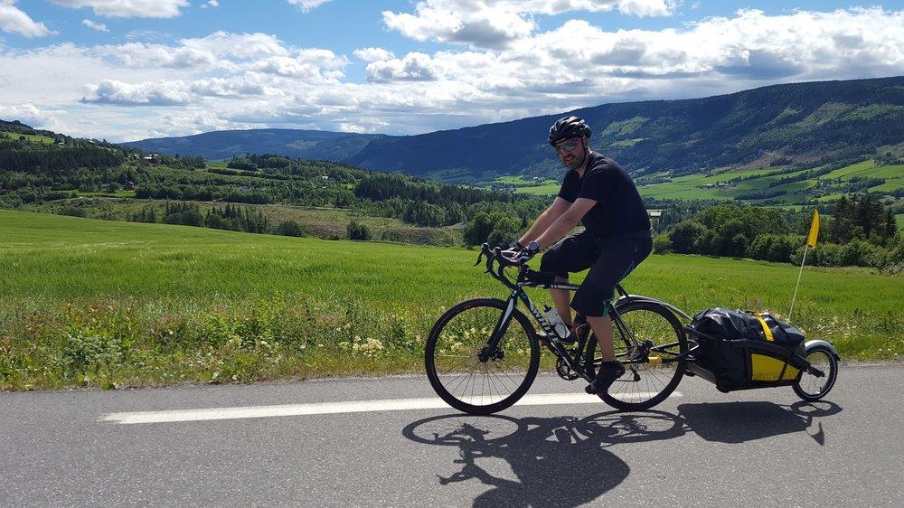 Å ha utstyret i en sykkelhenger er et alternativ til sykkelvesker.