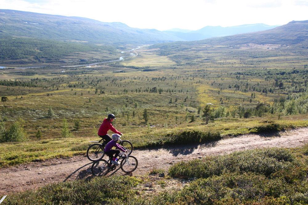 I sykkelturreportasjer trenger du bilder av folk på sykkel. Bildet er tatt i Grimsdalen. Foto: Øyvind Wold.