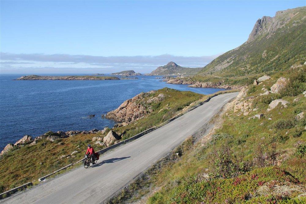 Det er fullt mulig å ta bilder av deg sjøl på sykkelen, også når du sykler aleine. Bildet er tatt mellom Myre og Nyksund i Vesterålen.