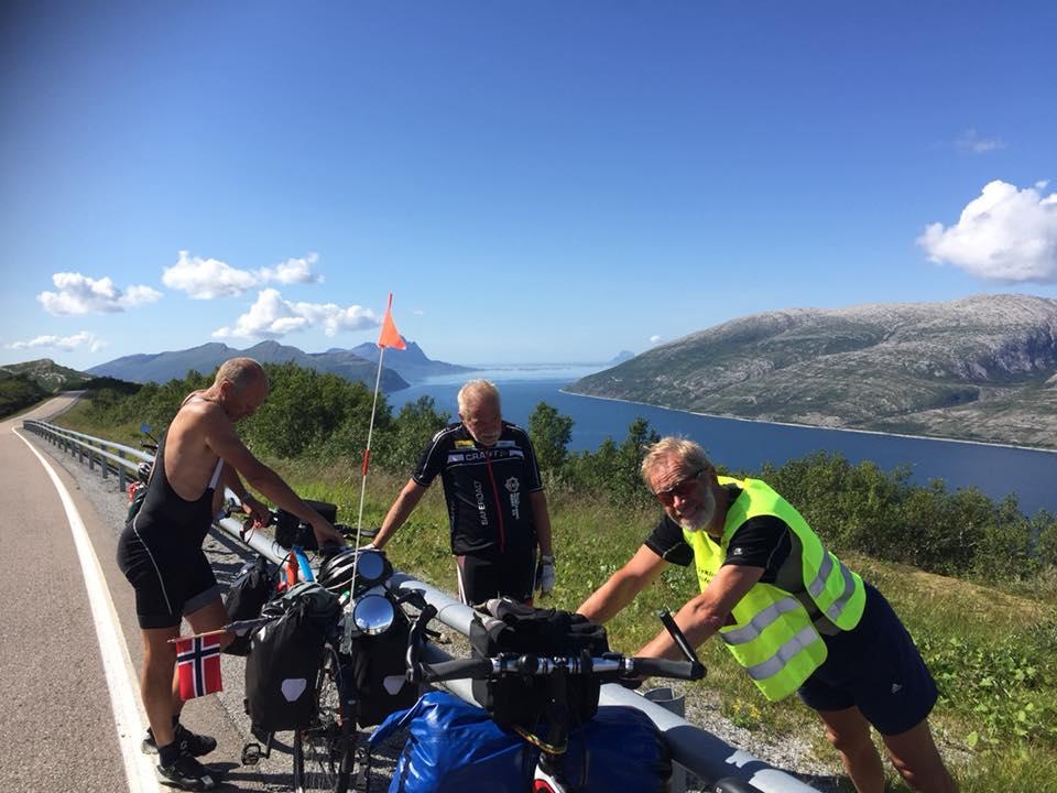 En pust i bakken på Sjonfjellet på Helgeland i tropevarme. Fra venstre Olav, Roger og Elling