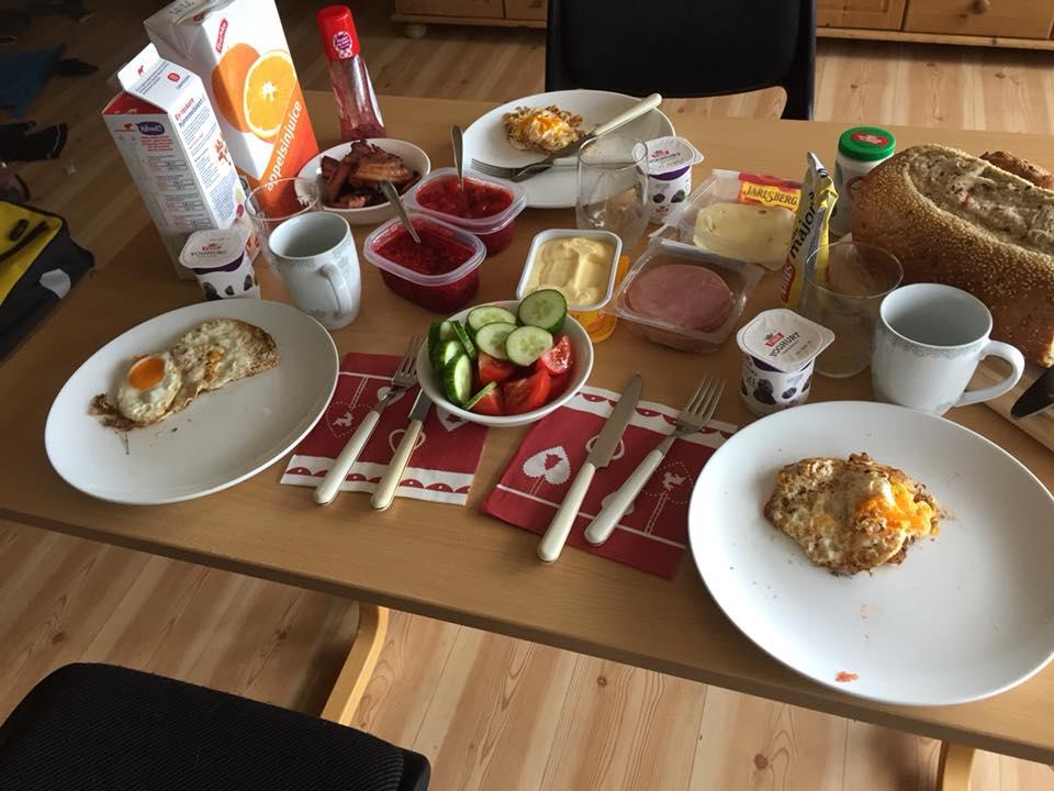 Utafor Rema 1000 i Molde tok Ann-Kristin og Tore kontakt med tre kalde, våte og sultne karer. - Vi fikk tilbud om lån av leilighet, og det var et lykketreff fordi vi hadde syklet i regn hele dagen. Vertskapet stilte med hjemmelaga syltetøy til frokost dagen etter, sier Lars.