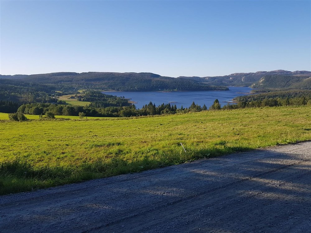 Flott landskap for sykkeltur. Utsikt mot Gjøljavatnet.