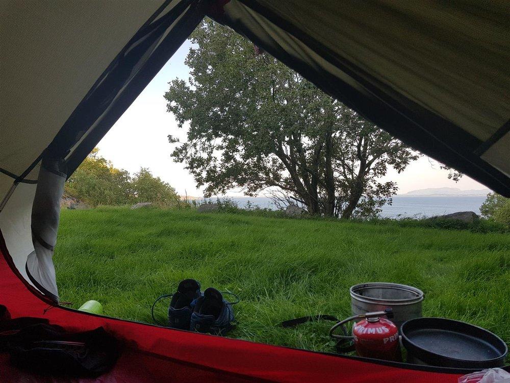 Det var ikke så lett å finne en egna teltplass langs Stjørnfjorden. En lokal kjentmann tipsa meg om grønne plener på Hysnes fort. Ikke helt sikker på om det er helt innafor å telte der. Men jeg fikk være i fred og plaga ingen med mitt nærvær.