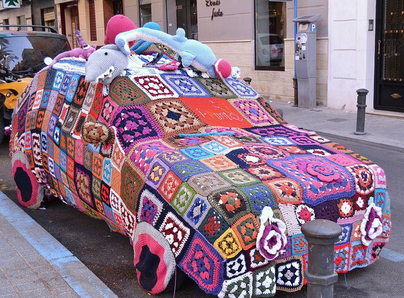 800px-Cotxe_cobert,_yarn_bombing,_plaça_Nova,_Alacant.jpg