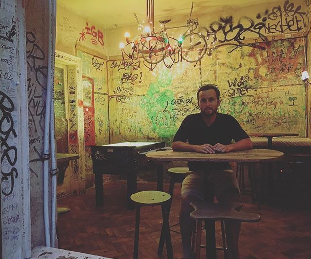 If someone brought you to a bar like this in the US, what would you think? In Budapest, ruin pubs are where the young and adventurous go to meet up and they're actually pretty awesome! #trynewthings #creativechaos #ruinpub