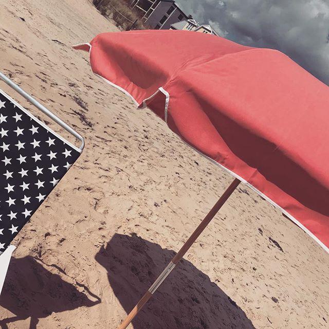 Spotted on 83rd street OC #frankfordumbrellas #telescopecasual #madeintheusa🇺🇸 #girlsweekend #mygirlismatchy #onlypinkumbrellainOC