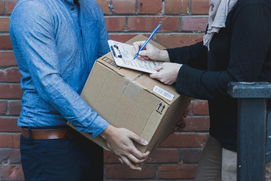 man-signing-for-shipping-box_925x.jpg
