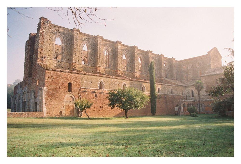 tuscany-destination-wedding-photographer-Abbey-of-San-Galgano_0006.jpg