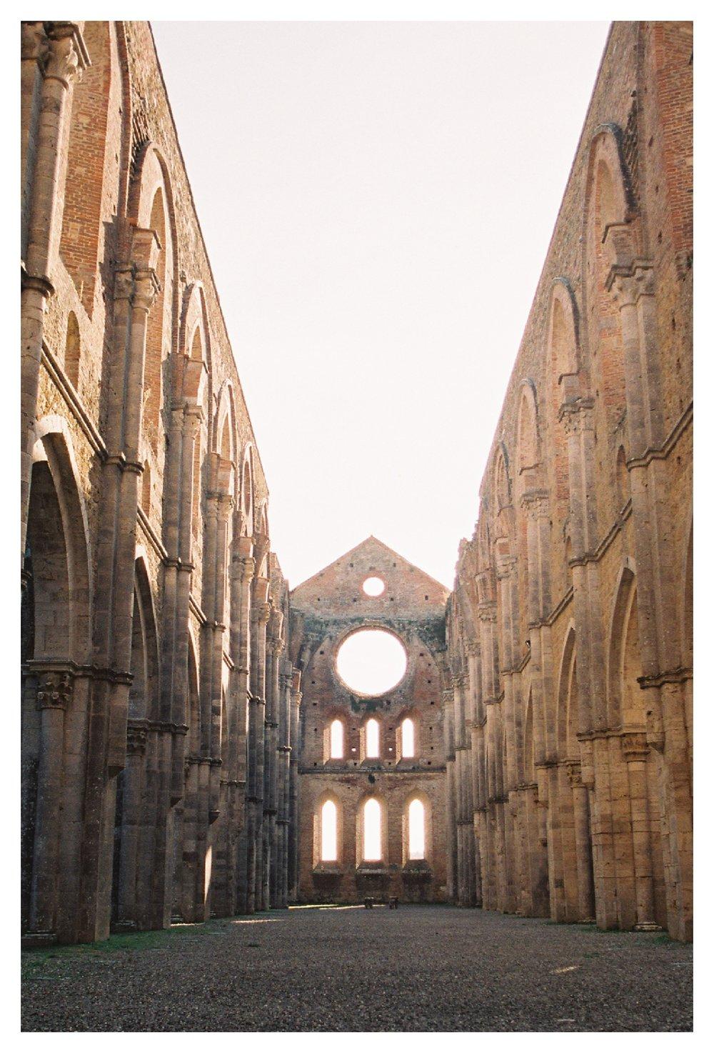 tuscany-destination-wedding-photographer-Abbey-of-San-Galgano_0008.jpg