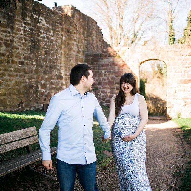 Hallo April! ☀️schon faszinierend zu wissen, dass unser Baby nun definitiv ein Aprilbaby wird 😄 es sind nur noch 2 Tage bis zum errechneten Termin und wir sind so gespannt, wann es endlich losgeht. Kleine Maus, wir sind soweit, du darfst gerne kommen 💕 Am Montag haben wir es glücklicherweise noch geschafft, ein Babybauch-Shooting mit @charleeneggersfotografie zu machen und ich bin so dankbar, dass wir diese Bilder von der Schwangerschaft haben 🙏  Foto: @charleeneggersfotografie #babybauch #fotoshooting #babybauchshooting #babybauchfotos #aprilbaby2017 #teamrosa #thankful #babybump #babybelly #baby2017 #ssw40 #wirfreuenunsaufdich #dudarfstkommen #waitingforbaby #inspirepregnancy #pregnant