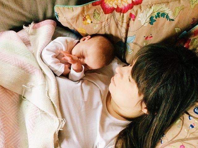 """Meine kleine Maus, lange haben wir auf dich gewartet (und damit meine ich nicht nur die 40 Wochen, die ich dich in meinem Bauch getragen habe). Nun können wir unseren allerersten Muttertag zusammen verbringen und ich bin so unendlich dankbar, dass du hier bei uns bist, unser Leben anstrengender, aber so viel schöner machst und ich deine Mama sein darf ❤️🙏 Einen wunderschönen Muttertag für euch! Ich bin aber auch in Gedanken bei denen, die gerne heute """"feiern"""" würden, aber noch auf ihr Wunder warten müssen 😘 fühlt euch gedrückt! #baby #babygirl #baby2017 #muttertag #muttertochter #mama #mothersday #motherdaughter #sofa #sonntag #dankbarfüralles #thankful #teamrosa #iphone5s #vsco #schlafen #schönwärs #meineinundalles #motherhood #inspirepregnancy @motherhoodiswonderful"""