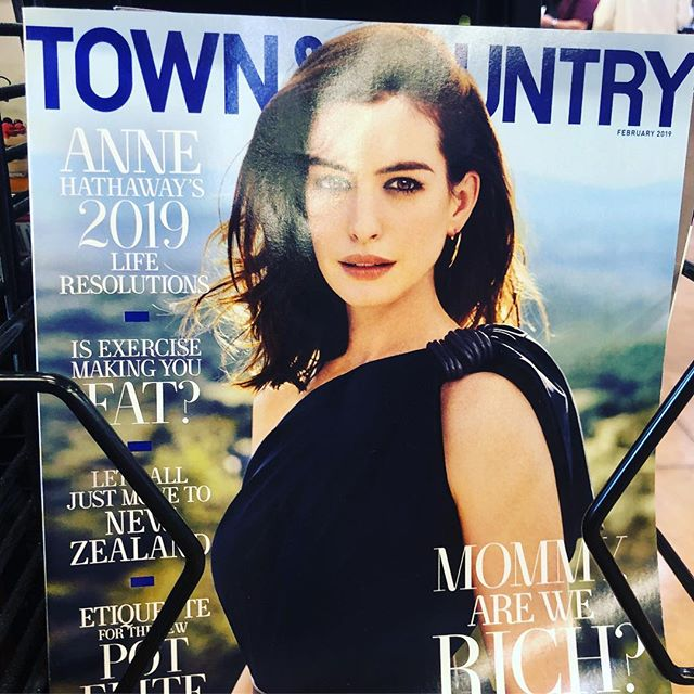 What did Town & Country do to Anne Hathaway? 2 ¿Que le hizo a Anne Hathaway la revista Town & Country?  #photoshopfail
