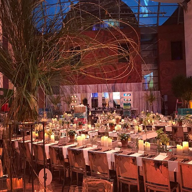Mid set-up working with textures of weeping willow and sweeping grasses 🌾🌿🍾 for the annual @peabodyessex gala #wonder