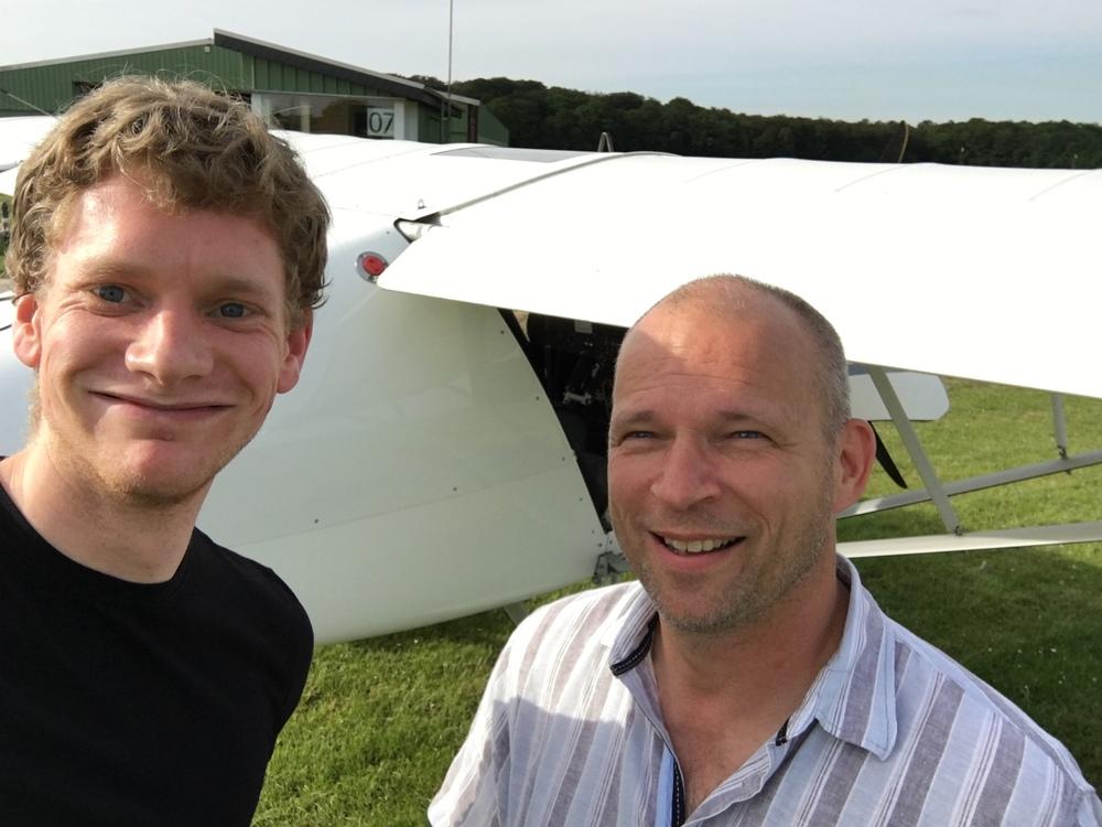 Stefan (der mit der durch'wind'eten Frisur)und Fluglehrer Uwe vor dem ersten Flug