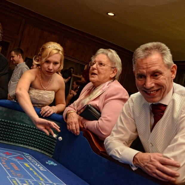 red_and_black_casinos_craps-dice_wedding