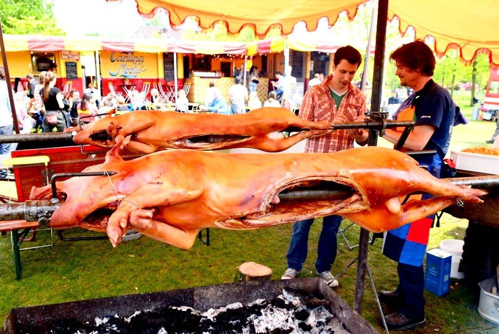 Draaiende varkens op Rollende Keukens.