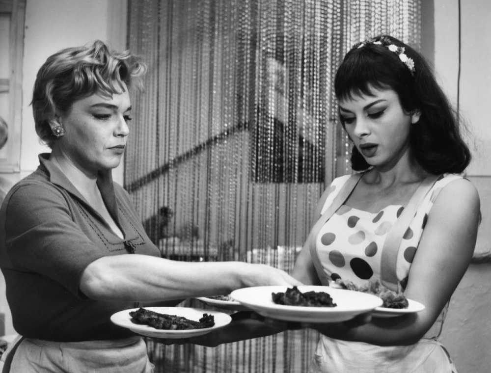 Simone Signoret as Adua and Sandra Milo as Lolita in Adua and Her Friends (1960)