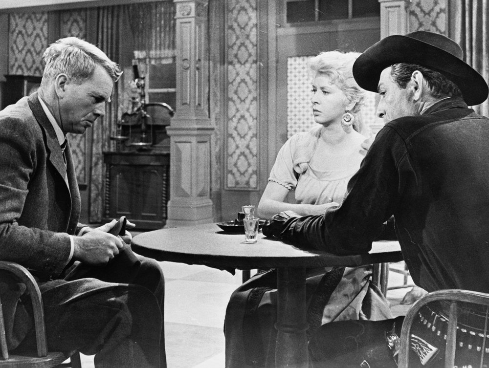George Hansen (Sterling Hayden), newly arrived in town, meets with John Crale (Ned Young) and his girl Molly (Carol Kelly), inquiring whether they have any idea who might have killed his father.