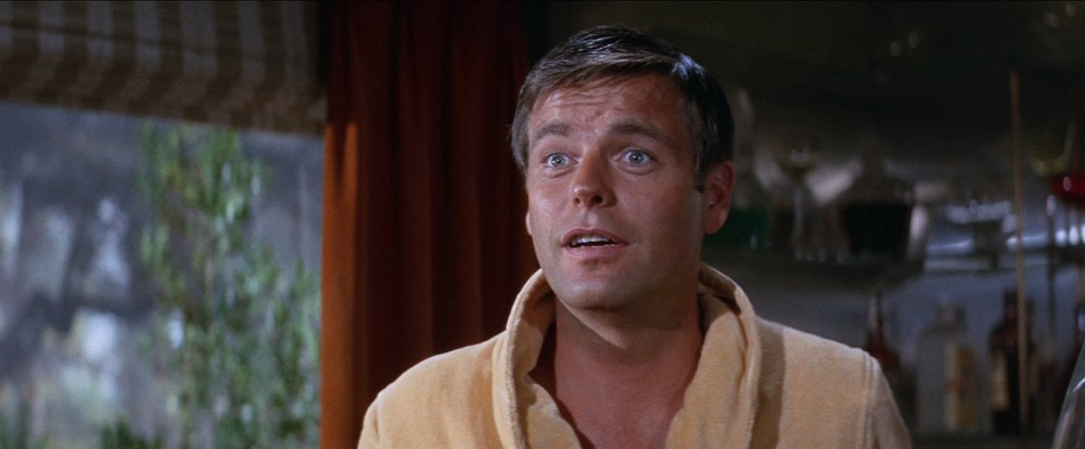 Allan Taggert (Robert Wagner) personifies the symbolic color scheme of  Harper.