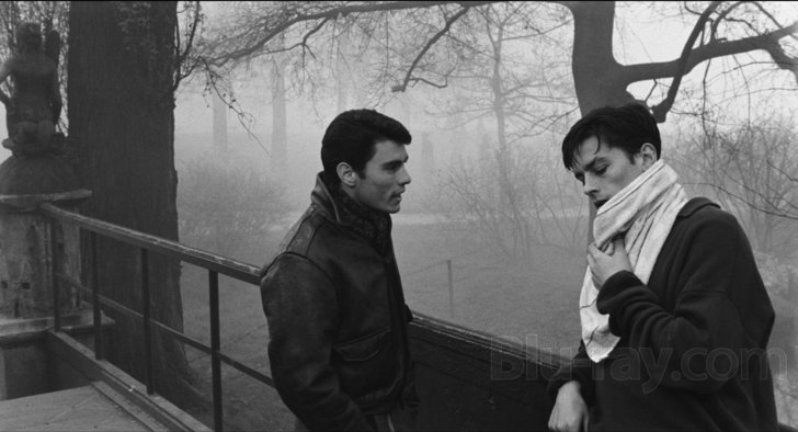 Rocco (Alain Delon) speaks with his brother Vincenzo (Spiros Focás).