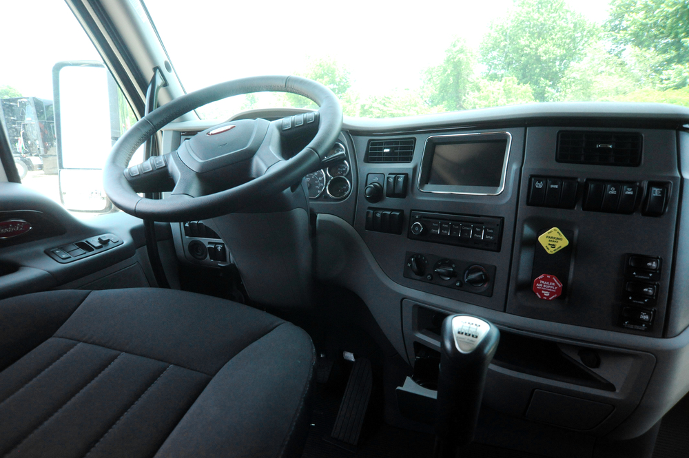 2013-peterbilt-587-interior-YCnD.jpg