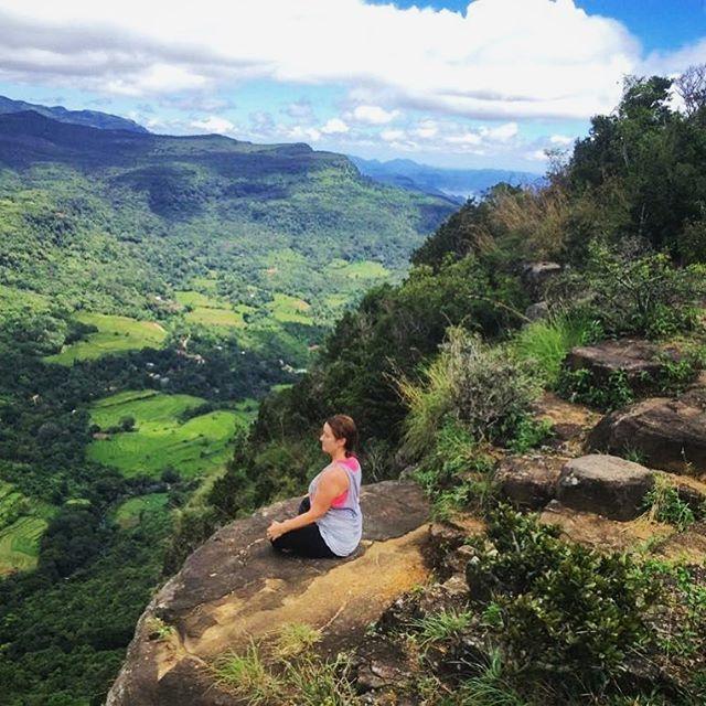 One with the nature.⠀ .....⠀ @wildyogawithkatie #wildyogawithkatiethomson #yogasrilanka #indiesadventures #yogatours #srilankaadventure #yogaadventuretours #wildyogajourney #exploresrilanka #mountains🗻